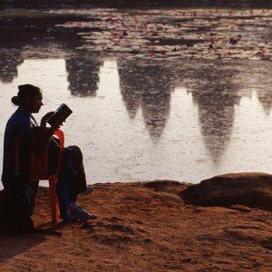 Lesende in Angkor Wat (Foto: Andreas Kuhrt)