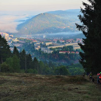 Südthüringentrail 2018: Blick vom Döllberg-Skihang nach Suhl und zum Doberg (Foto: Andreas Kuhrt)