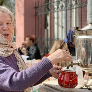 Teeverkäuferin in Kaluga (Foto: Manuela Hahnebach)