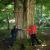 Bäume umarmen (Foto: Andreas Kuhrt)